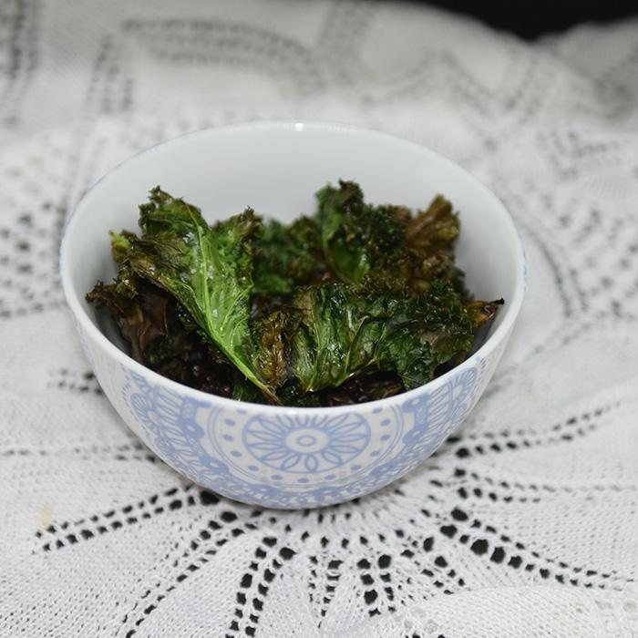 Grønnkålchips: 2 stilker Grønnkålstilker 2 ss Olje (soya) ½ ts Salt https://heidisboble.no/ @heidisboble