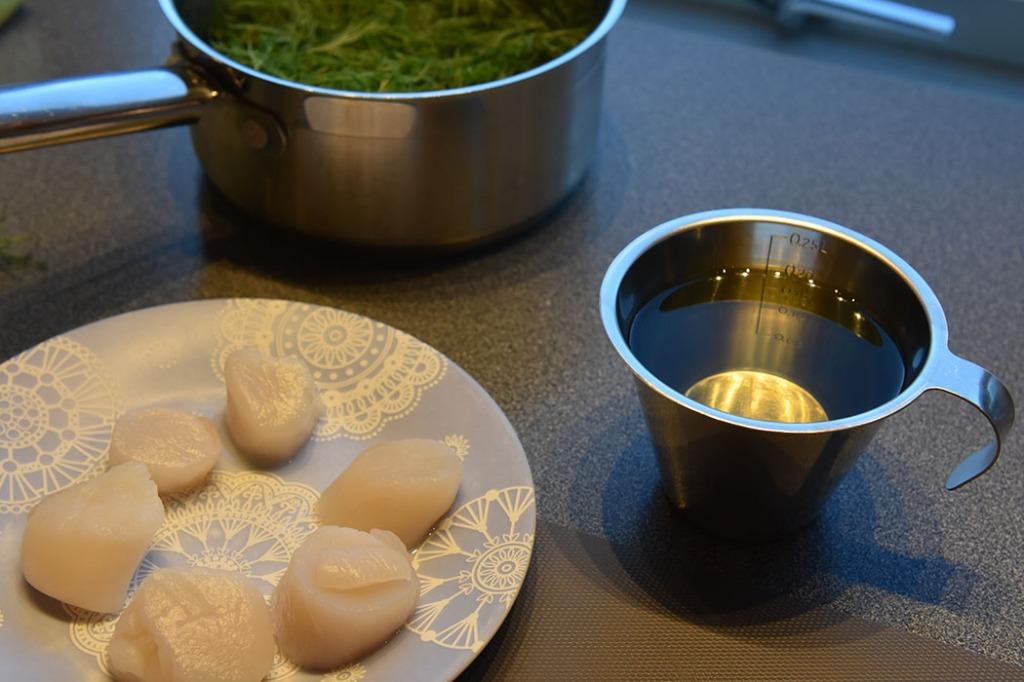 Kamskjell med fennikelpuré, byggryn og marmorert hvitvins saus Ingredienser: 4 Kamskjell 1 ss Olje (soya) Salt, pepper 1 ss Dill Dillolje: 1 ½ - 2 Dill (krukker) 2 dl Olje (soya) Salt Marmorert hvitvinsaus: 1 Sjalottløk 2 ½ dl Hvitvin 2 ½ dl Fiskekraft 1 dl Kremfløte 3 ss Smør 1 Laurbærblad Salt Fennikel/sellerirot puré 2 Fennikel 150 g Sellerirot 2 ss Smør Salt, hvit pepper Stekt byggryn: 3 ss Byggryn (hele) 1 ss Olje (Soya) Salt https://heidisboble.no/ @heidisboble