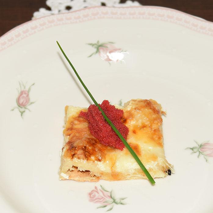 Hvit pizza med Løyrom Porsjoner Tid Vanskelighetsgrad 3 -4 90 – 120 min. Enkel Ingredienser: Pizzabaunn: 1 ss Sukker 2 ts Tørrgjær 2 dl Vann (ca 36 grader) 450 g Hvetemel ½ ts Salt 3 ss Olje (oliven) Fyll og topping 1 bx Rømme (gjerne lett) 150 g Ost (hvit, raspet) 2 bx Løyrom (svart og rød) En neve Gressløk https://heidisboble.no/ @heidisboble