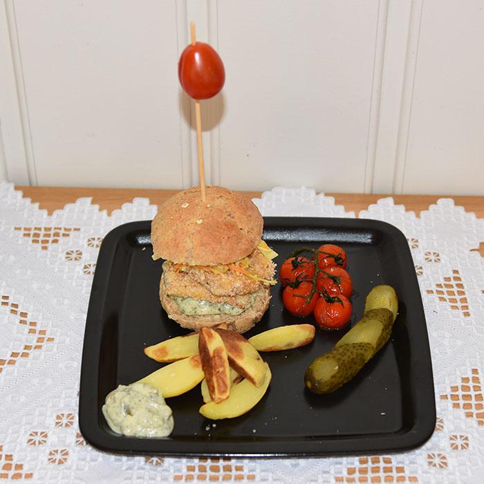 Sprø «fiskeburger» med slow og tartar saus Porsjoner Tid Vanskelighetsgrad 4 30 min. Enkel Ingredienser: ½ dl Hvetemel 1 dl Panko (brødsmuler) ½ ts Salt ¼ ts Pepper ½ ts Hvitløkspulver ½ ts Paprikapulver ¼ ts Timian ¼ ts Kajennepepper 1 Egg 400 g Torskefileter (skinn- og benfrie) 8 á 50 g eller 4 á 100 g Tilbhør 4 Burgerbrød – for oppskrift, trykk HER Remulade: 2 ½ dl Majones – for oppskrift, trykk HER 16 skiver Sylte agurker ½ ts Gressløk (tørket) ½ ts Persille (tørket) ½ ts Dill (tørket) Salt, pepper, sitron Coleslaw 4 dl Kål (strimlet) 1-2 Gulrøtter (stimlet) ½ Purre (stimlet) 3 ss Olivenolje 1 ½ ts Hvitvinseddik ½ ts Salt ½ ts Pepper ½ ts Sukker 1 klype Kajennepepper Alternativ garnityr: 4-8 blader Salat 4-8 skiver Tomat 8 skiver Agurk https://heidisboble.no/ @heidisboble