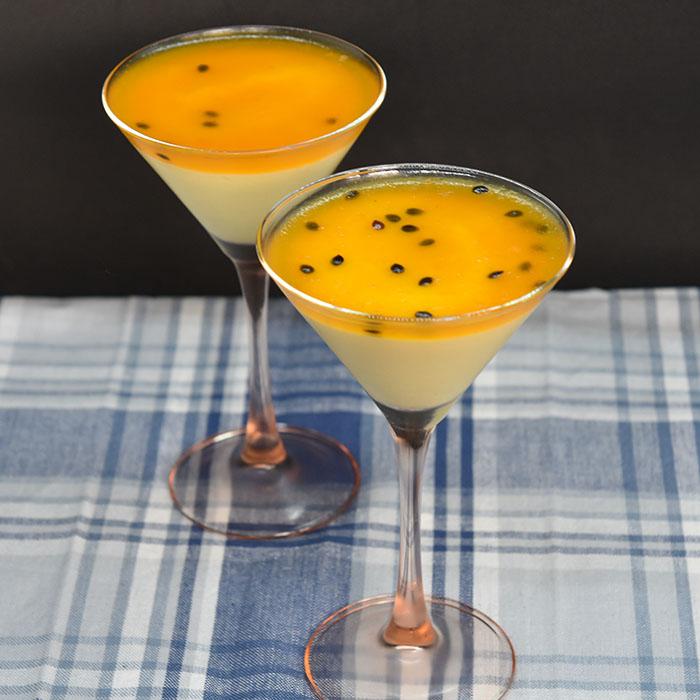 PASJONSFRUKTMOUSSE MED PASJONSFRUKTGELE Ingredienser: 175 g Pasjonsfruktsaft og pulp (1½ dl =12-15 frukter) ½ Appelsin (saften) 4 Egg (delte og romtempererte) 150 g Sukker 3 dl Kremfløte 3 blader Gelatin Pasjonsfruktgele: 1 dl Pasjonsfruktsaft og pulp ½ Appelsin (saften) 1 dl Vann 4 ss Sukker 3 blader Gelatin https://heidisboble.no/ @heidisboble