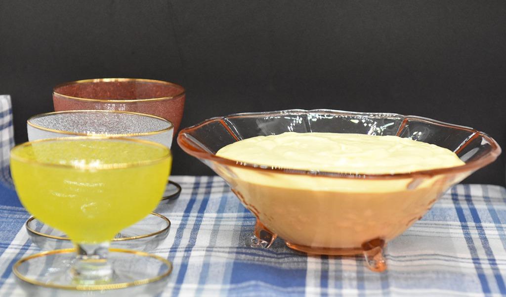 PASJONSFRUKTFROMASJ Ingredienser: 175 g Pasjonsfruktsaft og pulp (1½ dl =12-15 frukter) ½ Appelsin (saften) 4 Eggeplommer (romtempererte) 150 g Sukker 3 dl Kremfløte 3 blader Gelatin Pasjonsfruktgele: 1 dl Pasjonsfruktsaft og pulp ½ Appelsin (saften) 1 dl Vann 4 ss Sukker 3 blader Gelatin https://heidisboble.no/ @heidisboble