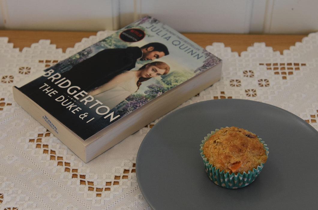 Quinn, Julia (2020) The duke and I, Piatkus OG Grove muffins med tomat, rødløk og ost Ingredienser: 1 dl Hvetemel 2 dl Sammalt hvete (grov) 1 dl Havregryn (lettkokte) 1 ts Salt 2 ts Bakepulver 1 ½ dl Melk ½ dl Rømme 1 Egg 1 Rødløk (Hakket) 2 Tomater (i terninger) 75 g Ost (revet) https://heidisboble.no/ @heidisboble