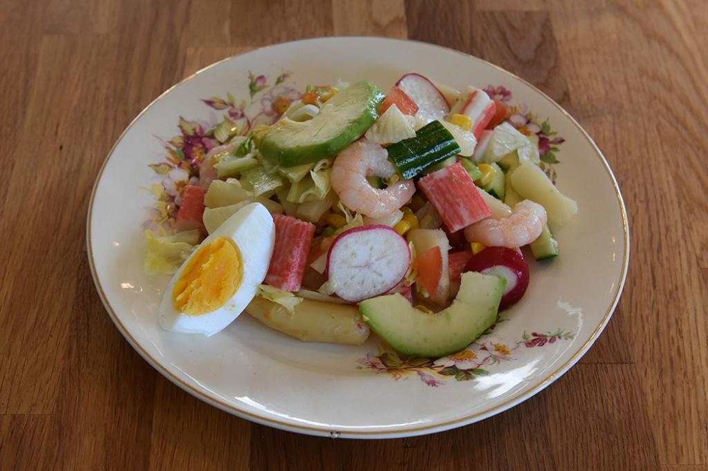 Salat med crabsticks og scampi Porsjoner Tid Vanskelighetsgrad 3-4 15 min. Enkel Ingredienser: 4 Egg ¼ Salathode 1 bx Mais 1 Avokado 1 bx Asparges 7 Reddiker ¼ Agurk 2 Tomater 250 g Scampi (kokte) 100 g Crabsticks Dressing (Valgfritt): 2 ss Olje (oliven) 1 ss Sitronsaft ¼ – ½ ts Salt https://heidisboble.no/ @heidisboble