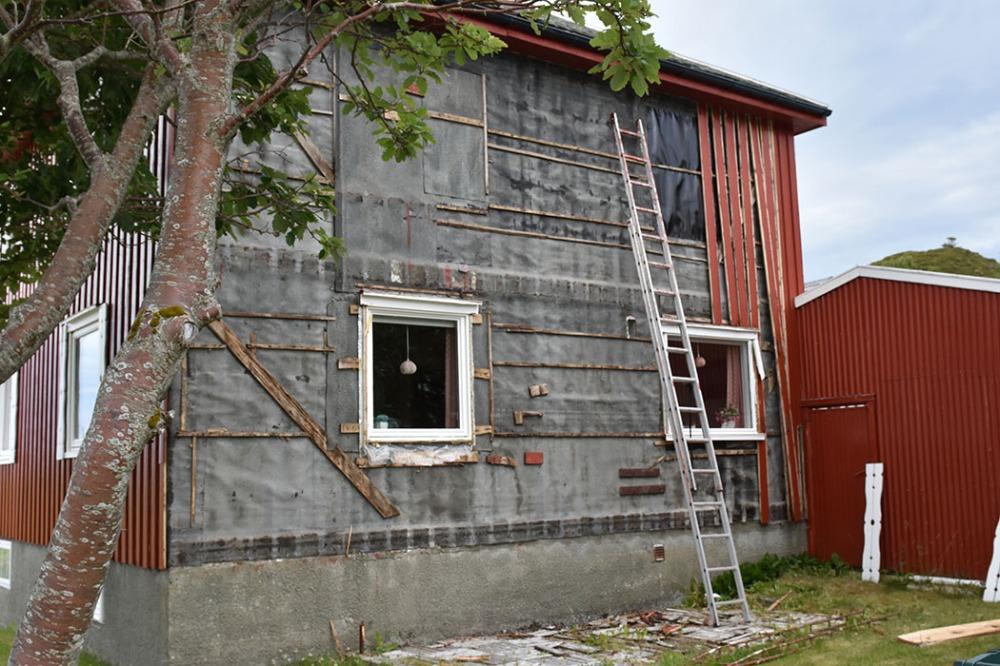 Rivning av ytterpanel på sør-veggen Sommerhuset vårt - Garten, Trøndelag Norge https://heidisboble.no/ @heidisboble