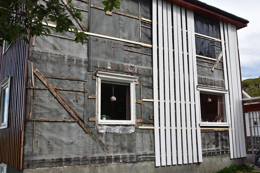 Dag 2: Vi legger på nye underbord og lister etter å ha revet av ytterpanel Sør-veggen Sommerhuset vårt - Garten, Trøndelag Norge https://heidisboble.no/ @heidisboble