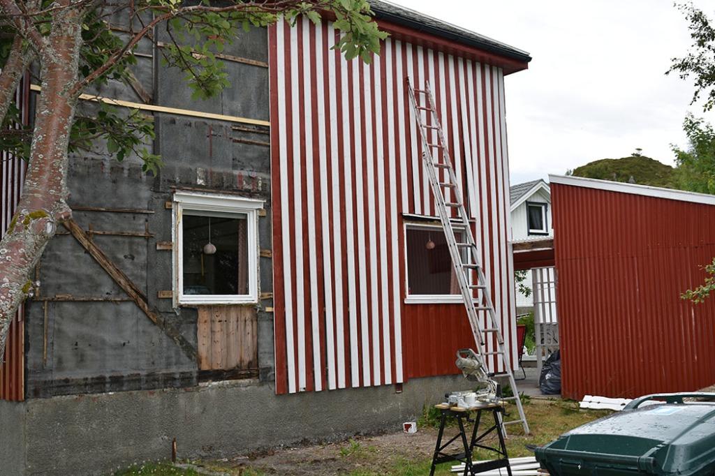 dag 3: Polkastripet vegg Vi legger overbord, etter at vi rev rytterpanelet på sør-veggen Sommerhuset vårt - Garten, Trøndelag Norge https://heidisboble.no/ @heidisboble
