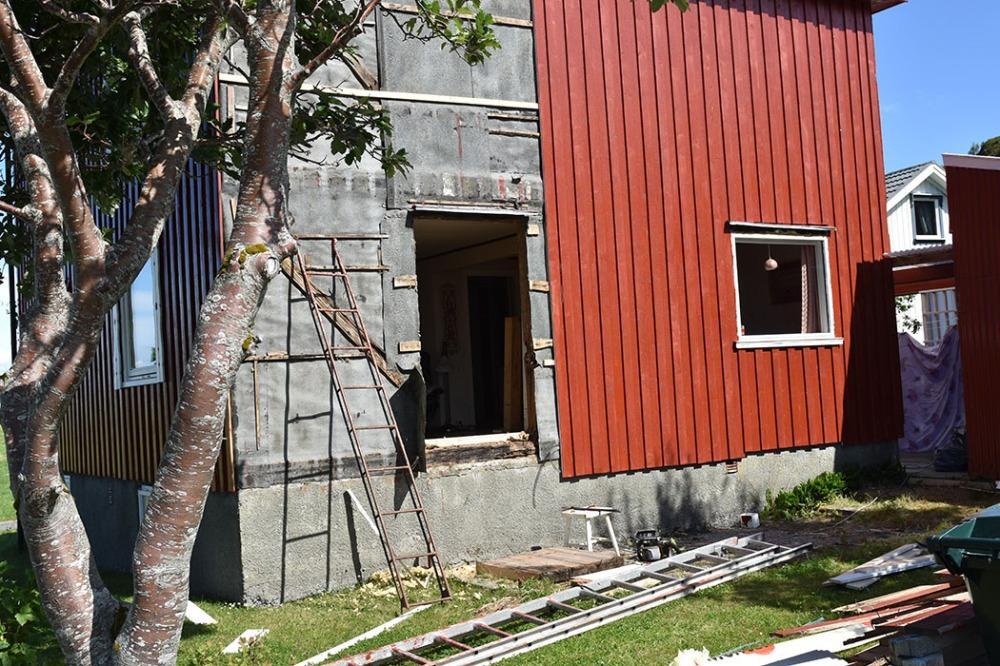 dag 4: Vi setter inn verandadør Halve sør-veggen er ferdig, og turen er kommet til verandadøra Sommerhuset vårt - Garten, Trøndelag Norge https://heidisboble.no/ @heidisboble