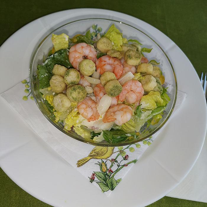 Cæsarsalat med scampi Ingredienser: 500 g Reker/ scampi (ukokte) 3 fedd Hvitløk (knuste) Urter (friske) 2 ss Olivenolje 1 ts Sitron 2 -3 hoder Hjertesalat Loff (i terninger) ½ pose Pinjekjerner 250 g Cherrytomater 50 g Parmesan (raspet) Salt, pepper Dressing: 2 Eggeplommer (romtempererte) 1ts Sennep (dijon) 2 fedd Hvitløk 2 Ansjosfileter (store, hakket) ½ Sitron (saft) 3 ss Parmesan (fint raspet) 2 ss Olivenolje 1 dl Olje (nøytral) Salt, kajennepepper https://heidisboble.no/ @heidisboble