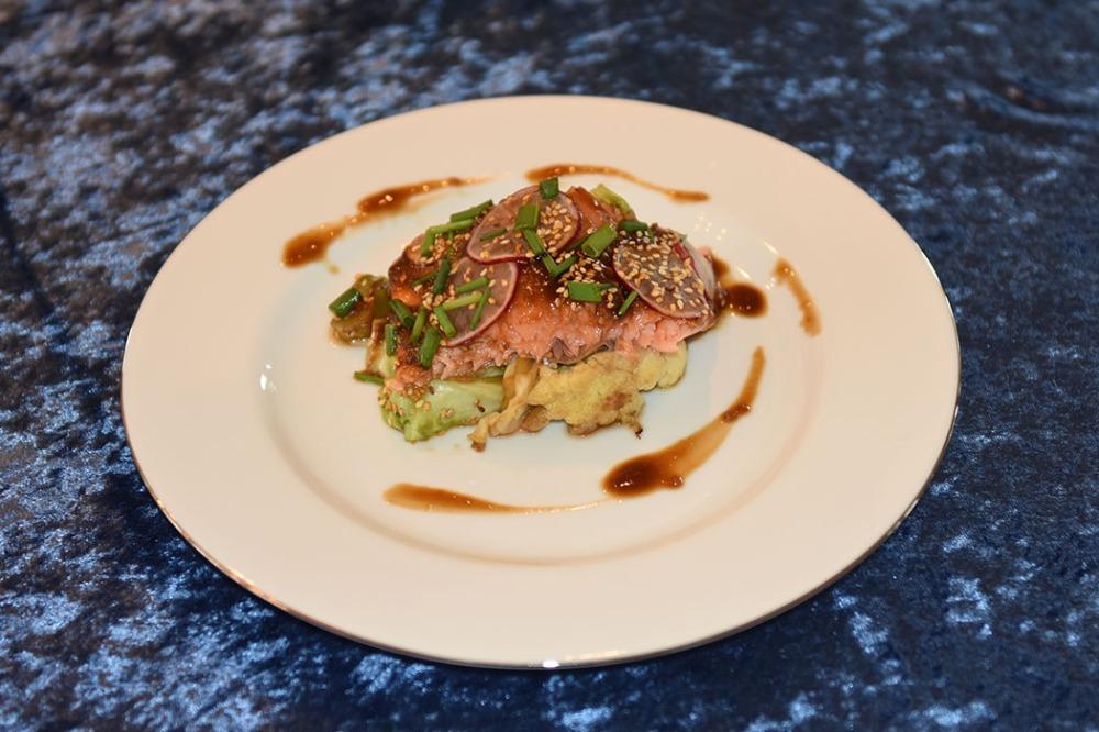 Laks med asiatisk inspirert glaze Porsjoner Tid Vanskelighetsgrad 4 60 min Enkel Ingredienser: 700 g Laksefilet (benfri) Gressløk 4 ss Sesamfrø (ristete, svarte eller hvite) 1 bunt reddiker Ris (kokt) Glaze: 1 dl Østerssaus 1 dl Chilisaus (søt) 1 ts Ingefær (revet) 1 fedd Hvitløk (skrelt og revet) 1 ts Sesamolje ½ Lime (saften) Tilbehør: 1 Brokkoli 1 Blomkål 1 Sommerkål 1 fedd Hvitløk 1 ss Rapsolje 2 ss soyasaus https://heidisboble.no/ @heidisboble