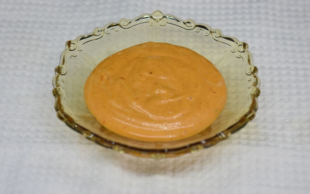 Gochujangmajones Ingredienser: 1 Eggeplomme (romtemperert) 1 ts (Risvins)eddik 2 – 2½ dl Olje (nøytral) ½ ts Sesamolje ½ - 1 ss Gochujang (sunchang red pepper paste) Salt https://heidisboble.no/ @heidisboble