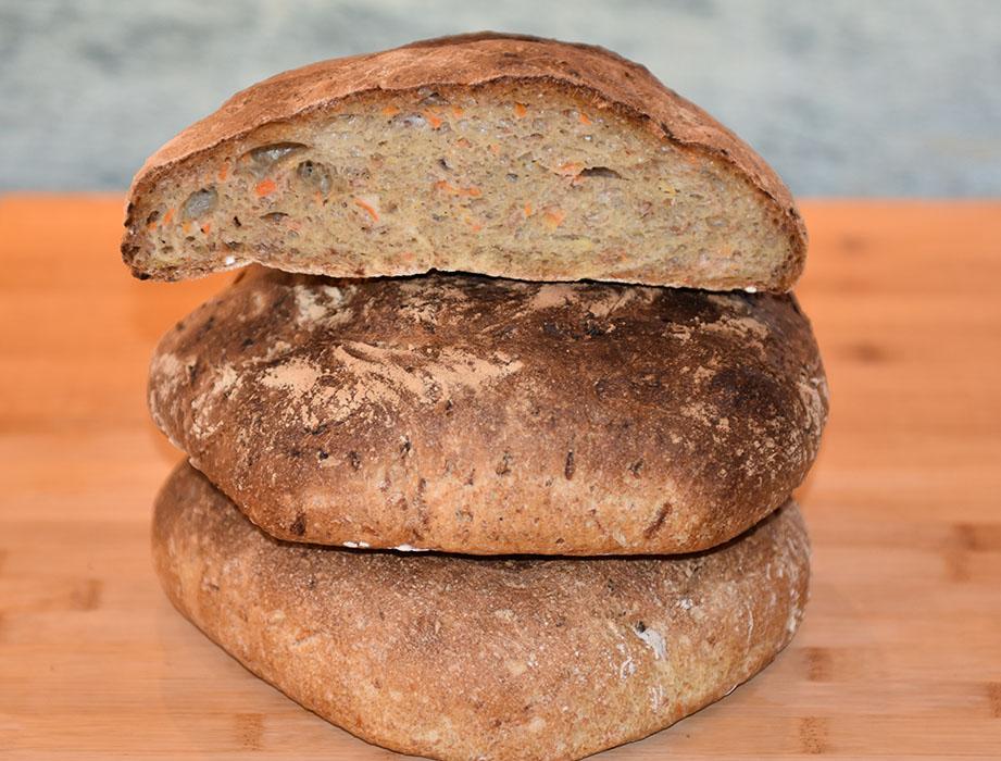 Brød med gulrot Ingredienser: Forhev (8-12 timer før): 100 g Rugmel (sammalt) 20 g Byggmel (sammalt) 1 ½ dl Vann 2 g Gjær (på størrelse med en ert) Kokt kli (30 min. før) 1 ½ dl Vann 30 g Kli Kokt hvete (30 min. før) 1 ½ dl Vann 60 g Hvete (hel) 1 kg Hvetemel ½ dl Rapsolje 20 g Salt (3 ts) 20 g Gjær 5 dl Vann 300 g Gulrot (raspet) https://heidisboble.no/ @heidisboble