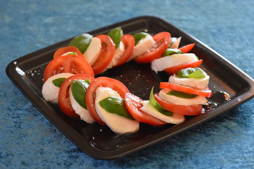 Capree salat (l'Insalata Caprese) Porsjoner Tid Vanskelighetsgrad 4-6 5 min. Enkel Ingredienser: 5 Tomater 250 g Mozzarella (helst av bøffelmelk) Basilikumblader (ferske) Olivenolje Salt https://heidisboble.no/ @heidisboble