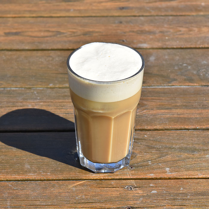 Iskaffe Porsjoner Tid Vanskelighetsgrad 2 5 min. / 20 til avkjøling Enkel Ingredienser: 5 dl Kaffe ½ - 1 dl Melk 2-4 ts Sukker (4 suketter) Isbiter https://heidisboble.no/ @heidisboble