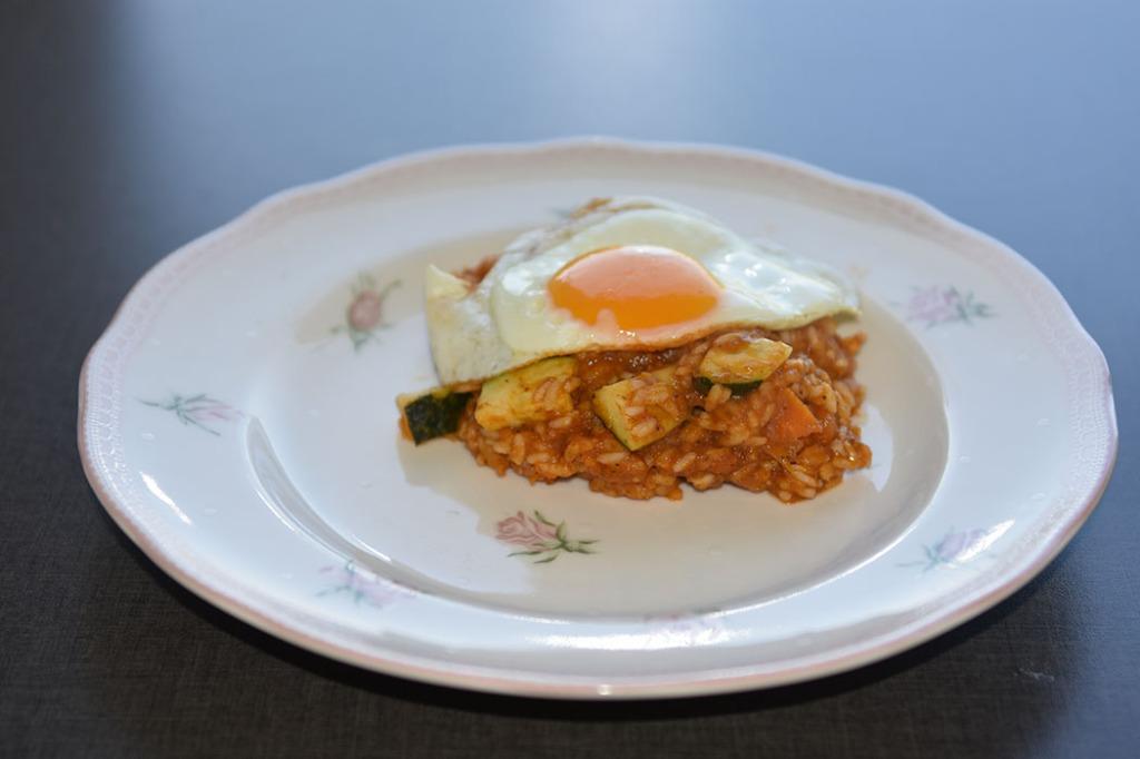 Jukserisotto med squash toppet med speilegg Porsjoner Tid Vanskelighetsgrad 3-4 60 min. Enkel Ingredienser 4 dl Vann 1 Løk (hakket) 3-4 Tomater Sjampinjong (stilker) Asparges (bunner) ½ Paprika (i biter) 1 Gulrot (i biter) Vårløk/gressløk 3 fedd Hvitløk ¼ Chili (rød) 2 Buljongterning (grønnsak) 1 Squash (i terninger) 2 dl Ris Salt og pepper 3-4 Egg https://heidisboble.no/ @heidisboble