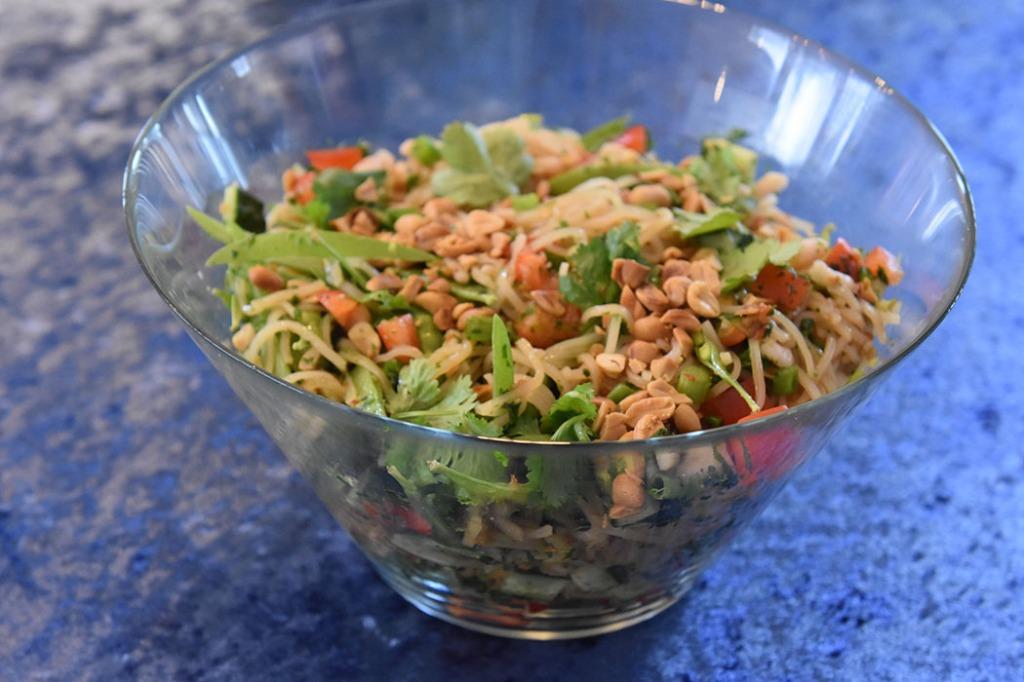 Thai-inspirert nudelsalat med reker Nudelsalaten: 600 g Reker (kokte) 250 g Risnudler ½ Agurk (skivet, uten midten) 1 bunt Reddiker Sukkererter (delt på langs) 1 Paprika (rød i terninger) 3 Vårløk (Skjært i skiver) 1 bunt Koriander 100 g Peanøtter (salte og ristede) Dressing: 2 Lime (saft og skall) 2 ss Fiskesaus 2 ss Sukker 1 fedd Hvitløk (revet) 1 ss Soyasaus 1 ss Ingefær (revet) 1 Chili (rød, finhakket) https://heidisboble.no/ @heidisboble