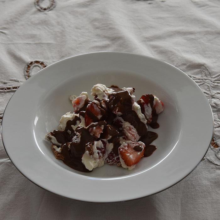 Eton Mess - sjokolademarengs med krem, jordbær og Heidis enkle sjokoladesaus Ingredienser: 4 Eggehviter (romtempererte) 3 dl Sukker 1 ts Maisenna 1 ts Sitronsaft 100 g Kokesjokolade (smeltet) Topping: 3 dl Kremfløte (pisket) Jordbær (ferske) Sjokoladesaus (Heidis enkle): 100 g Kokesjokolade 1 ½ dl Kremfløte https://heidisboble.no/ @heidisboble