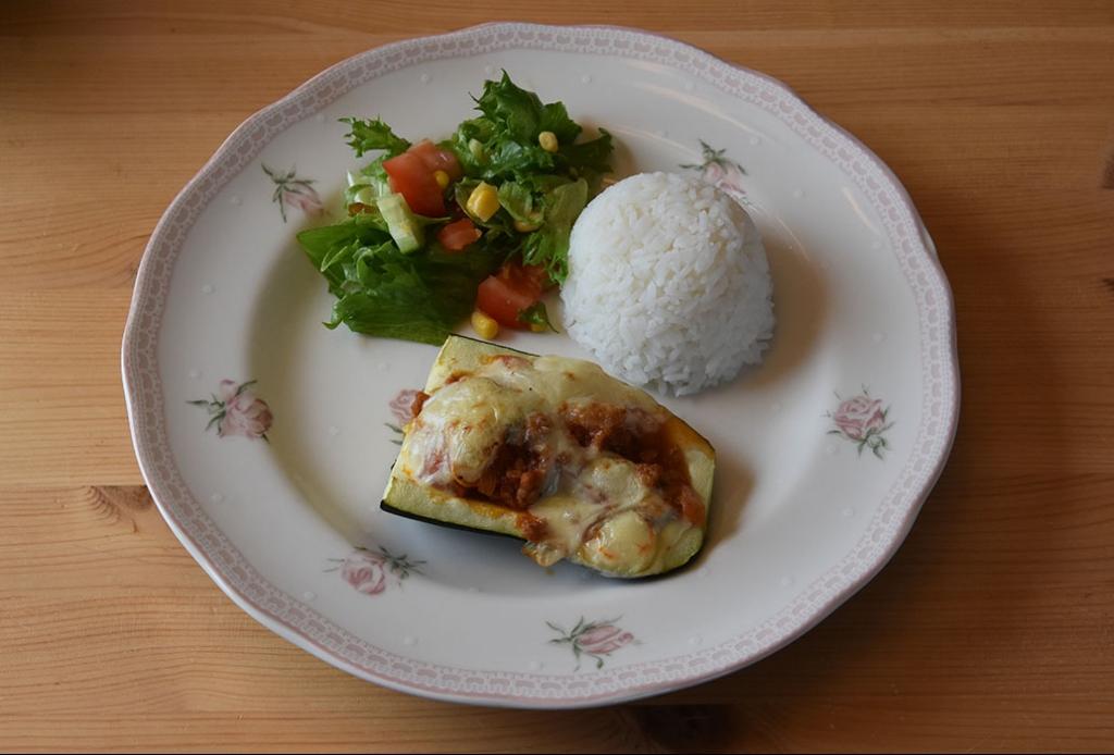 Fylt squash / gratinert squash Ingredienser: 2 Squash (eller en stor) 1 Løk (hakket) 2 fedd Hvitløk (hakket) 1 ss Olje (soya) 400 g Kjøttdeig 1 boks Tomater (hermetiske) 1 Buljongterning (okse) ¼ ts sukker Salt, pepper, basilikum 50 - 75 g Ost (hvit, skivet eller revet) https://heidisboble.no/ @heidisboble