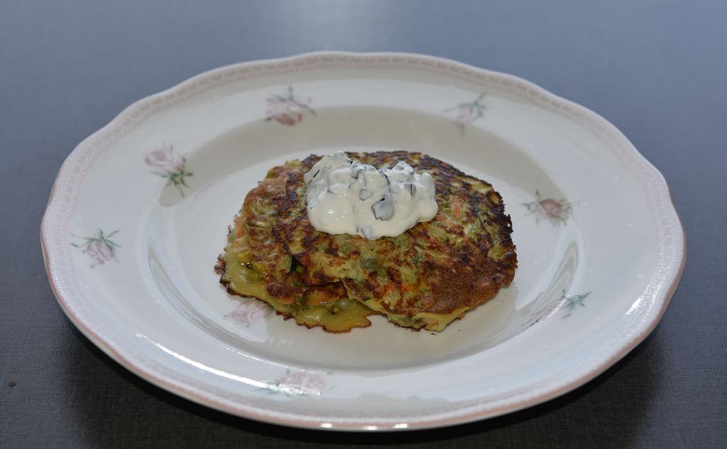 Squash- og gulerotpletter med rømmetopping Ingredienser 2 Egg 4 dl Melk 2 dl Hvetemel 500 g Gulerøtter 2 Squash (ca 600 g) 1 dl Solsikkekjerner 1 ts Salt ¼ ts Pepper Olje (til steking) Rømmetopping: 2 dl Rømme (eller creme fraiche) 230 g Oliven (uten steiner) Salt og pepper https://heidisboble.no/ @heidisboble