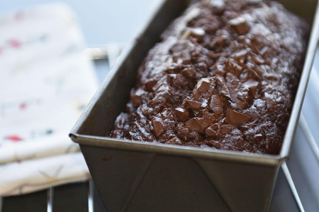 Squash-sjokoladekake Ingredienser: 2 ½ dl Hvetemel (150 g) 1 dl Kakaopulver (50 g) 1 ts Bakepulver 2 Egg (romtempererte) 1 ¼ dl Smør (smeltet) (125 g) 2 dl Sukker (200 g) 2 ts Vaniljesukker 4 dl Squash (raspet) 60 g Sjokoladebiter https://heidisboble.no/ @heidisboble