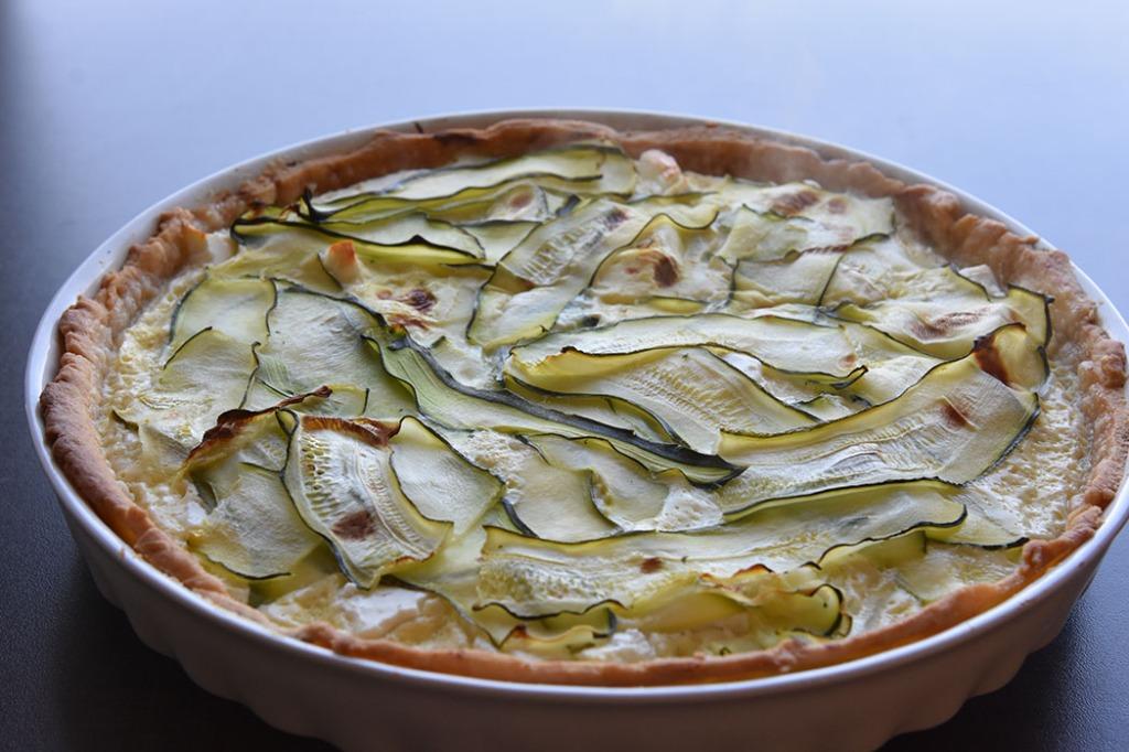 Squash pai Ingredienser Paideigen: 125 g Smør 180 g Hvetemel (3 dl) 1 ss Vann Paifyllet: 1 Squash (300 g) 200 g Fetaost 3 Egg 2 dl Melk Salt og pepper Topping: 10-20 Cherrytomater 2 ss Basilikum (hakket) 1 ss Olje (oliven) ½ ss Eddik Salt og pepper https://heidisboble.no/ @heidisboble