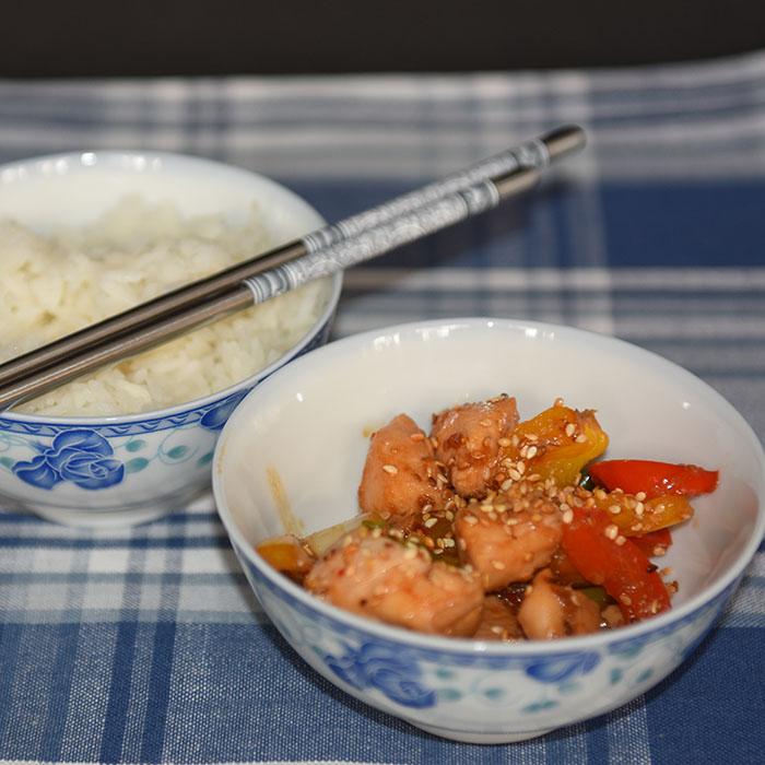 Thai inspirert kyllingwok med sotet paprika og vårløk Ingredienser: 600 g Kyllingfilet 2 Paprika (forskjellig farge) 4 Vårløk 2 fedd Hvitløk 1 ss Olje (Nøytral) ½ ss Sesamolje ½ ss Risvinseddik ½ ss Soyasaus ½ ss Sesamfrø (ristede) 400 g Nudler Marinade: 1 fedd Hvitløk 3 ss Soyasaus 1 ss Sur-søt chilisaus 1 ss Honning (flytende) https://heidisboble.no/ @heidisboble
