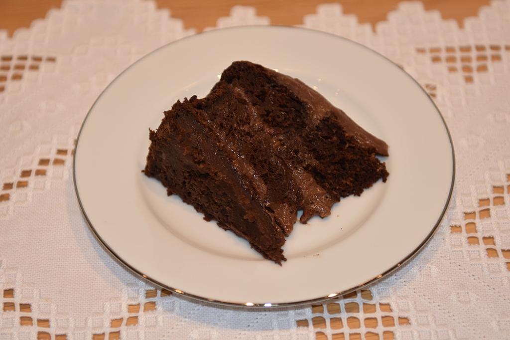 Vegansk Sjokoladekake med squash og eplemos Ingredienser 500 g Hvetemel 250 g Rørsukker (vegansk = ikke raffinert) 100 g Kakaopulver 3 ts Bakepulver 1 ts Natron 1 ½ ts Vaniljeekstrakt 7 ½ dl Havremelk 150 g Eplemos (vegansk) 2 ½ ts Eplesider eddik 450 g Squash (raspet, ca 7 ½ dl) Fyll og Topping: 225 g Smør (melkefritt og mykt) 3 ss Havremelk 40 g Kakaopulver 10 dl Melis Alternativt: 100 Margarin (melkefri eller vegansk) 200 g Kremost (melkefritt og mykt) 3 ss Havremelk 40 g Kakaopulver 1 ts Vanilje ekstrakt Ca 400 g Melis https://heidisboble.no/ @heidisboble