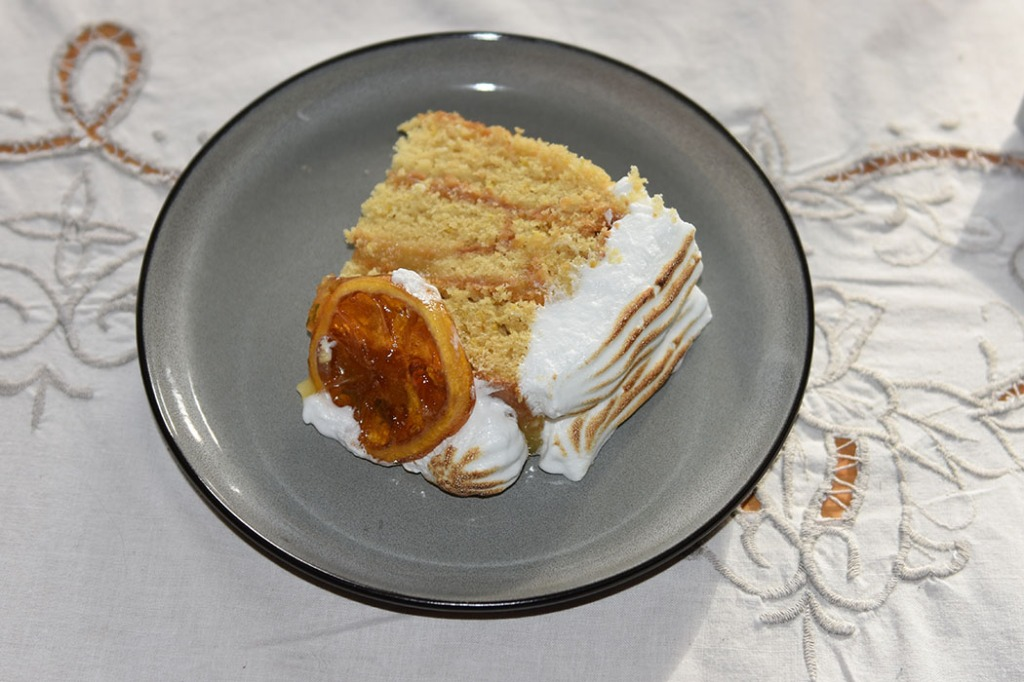 Sitronmarengskake Ingredienser Sitronkrem: 200 g Sukker 3 Sitroner (skall) 150 g Sitronsaft (ca 1 ½ dl) 3 Egg store 1 ss Maisenna Kakebunnen: 85 g Sukker 50 g Vann (½ dl) 300 g Smør (mykt) 200 g Sukker 75 g Sukker (lyst brunt) 300 g Hvetemel 4 ts Bakepulver 5 Egg (romtempererte) 25 g Maisenna 4 Sitroner (skall) Karamelliserte sitronskiver: 1 Sitron (skivet) 350 g Vann (3 ½ dl) 175 g Sukker Italiensk marengs: 250 g Sukker 150 g Vann (1 ¾ dl) 5 Eggehviter ½ ts Eddik https://heidisboble.no/ @heidisboble