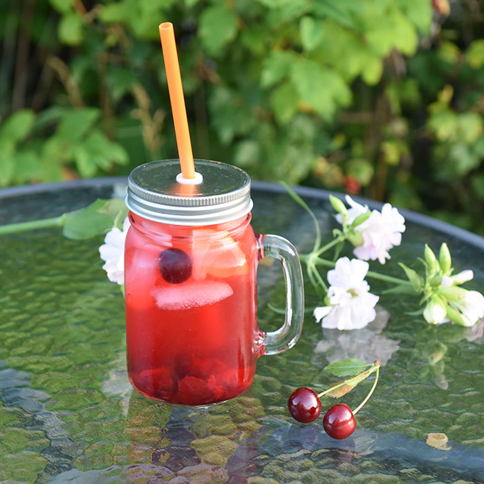 Kirsebærlimonade Cocktail Ingredienser: 6 dl Lemonade 4 ss Kirsebærsirup Sirup kirsebær til pynt Isbiter https://heidisboble.no/ @heidisboble