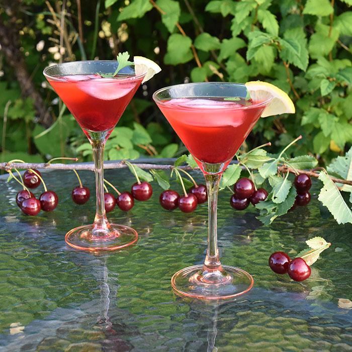 Kirsebærlemonade Cocktail Ingredienser: 5 dl Lemonade 3 ss Kirsebærsirup 0,6 dl Vodka Sirup kirsebær til pynt Isbiter https://heidisboble.no/ @heidisboble