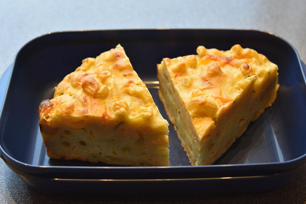 Mac and Squeese (MAC and SQUash, chEESE) Ingredienser 2 ½ dl Makaroni (kokes) 300 g Squash 1 Mozzarella 2 dl Ost (revet – cheddar eller annen) 75 g Parmesan (revet) ½ dl Olje (oliven) 2 ½ dl Hvetemel (140 g) 1 ½ ts Bakepulver 1 ts Salt 4 Egg https://heidisboble.no/ @heidisboble