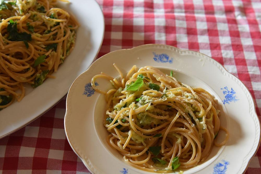 Kremet spagetti med Squash og sitron Ingredienser 500 g Squash (raspet) ½ Løk (raspet) 2 fedd Hvitløk (raspet) ¼ ts Chiliflak 3 ss Olje (oliven) 500 g Spagetti (gjerne fullkorn) 2 ts Salt 1 Sitron (presset) 15 g Parmesan (raspet) 1 dl Basilikum blader (hakket) 1 dl Kremfløte Pepper (nykvernet) https://heidisboble.no/ @heidisboble