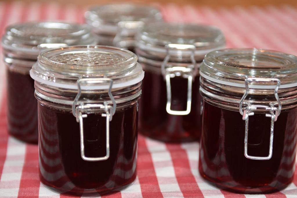 Ripsgele Ingredienser: 1 kg Rips (godt modne) 2 dl Vann 1 kg Sukker (pr. liter saft) https://heidisboble.no/ @heidisboble