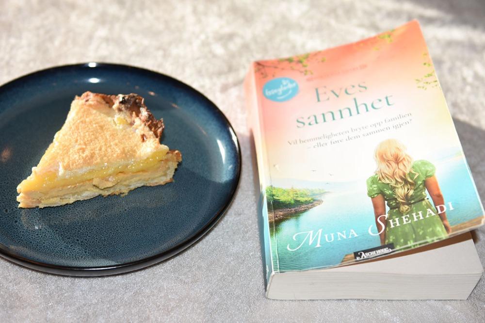 Shehadi, Muna (2021) «Eves sannhet», Aschehoug OG Sitronterte – Torta de limón Ingredienser: Bunnen: 250 g Hvetemel 1ss Melis 90 g Smør (i terninger) 1 ss Olje (raps eller solsikke) 1 Eggeplomme Ca 1 ½ dl Vann 1 Eggehvite (lett pisket) Fyllet: 3 Eggeplommer 1 Sitron (skall) 1 boks Vikingemelk 2-3 Sitroner (saft) Sitronkrem: 100 g Sukker 2 Sitroner (skall) 150 g Sitronsaft (ca 1 ½ dl) 2 Egg store 1 ss (strøken) Maisenna Marengs (toppingen): 3 Eggehviter 1 klype Salt 2 ss Sukker 1 ss Hvetemel https://heidisboble.no/ @heidisboble