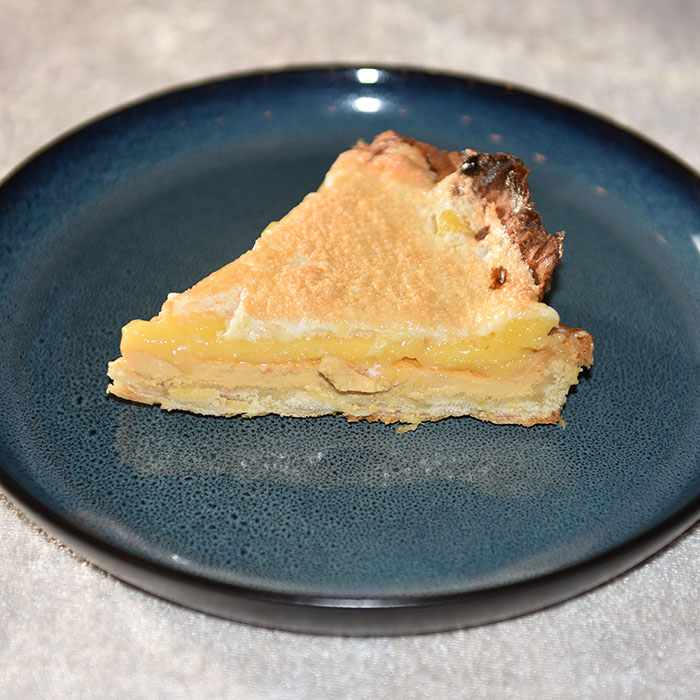 Sitronterte – Torta de limón Ingredienser: Bunnen: 250 g Hvetemel 1ss Melis 90 g Smør (i terninger) 1 ss Olje (raps eller solsikke) 1 Eggeplomme Ca 1 ½ dl Vann 1 Eggehvite (lett pisket) Fyllet: 3 Eggeplommer 1 Sitron (skall) 1 boks Vikingemelk 2-3 Sitroner (saft) Sitronkrem: 100 g Sukker 2 Sitroner (skall) 150 g Sitronsaft (ca 1 ½ dl) 2 Egg store 1 ss (strøken) Maisenna Marengs (toppingen): 3 Eggehviter 1 klype Salt 2 ss Sukker 1 ss Hvetemel https://heidisboble.no/ @heidisboble