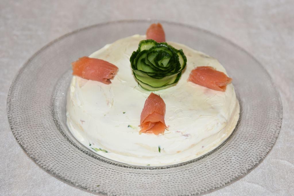 Tortillakake med tunfisk, røket laks og agurk Ingredienser 1 pakke Hvetetorillas (små, myke) 1 dl Rømme 1 pk Philadelphia (200 g) 1 Agurk (raspet) 1 bunt Persille (hakket) 1 bx Tunfisk (i vann eller olje) 4 – 6 skiver Røket laks Cherrytomater (valgfritt) https://heidisboble.no/ @heidisboble