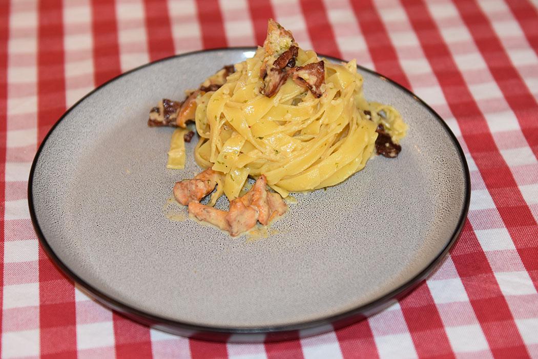 Tagliatelle med kantareller og bacon Ingredienser: 400 g Tagliatelle 150 g Bacon 1 fedd Hvitløk (hakket) ½ Løk (fin hakket) 200 g Kantareller ½ dl Vann 1 Buljongterning (grønnsak) 2 dl Fløte 20 g Parmesan ½ - 1 ss Persille (tørket) Salt og pepper https://heidisboble.no/ @heidisboble
