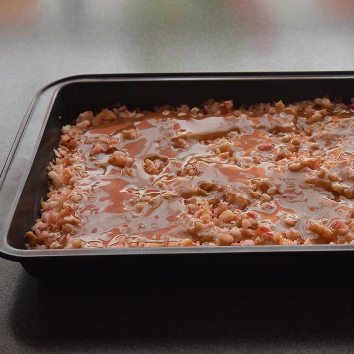 Epleblondies med salt karamellsaus Ingredienser: Epleblondie: 100 g Smør ½ dl Sukker 1 dl Sukker (brunt) 1 Egg 1 ts Vaniljesukker 2 ½ dl Mel 1 ts Kanel 500 g Epler (hakket) Salt karamellsaus 200 g Sukker 125 g Vann 50 g Smør 1 ¼ dl Kremfløte ½ ts Vaniljeekstrakt ½ ts Salt https://heidisboble.no/ @heidisboble