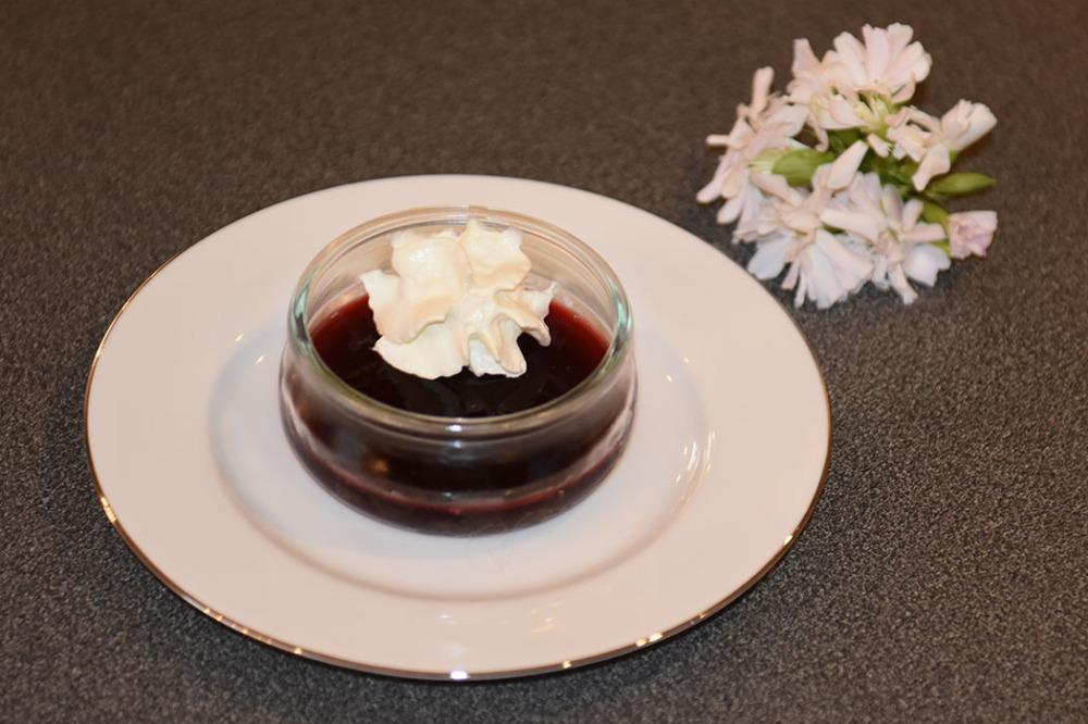 Kirsebærgele Ingredienser: Ca 600 g Kirsebær - sure (10 dl) 7 dl Vann 1 dl Sukker 8 pl Gelatin https://heidisboble.no/ @heidisboble