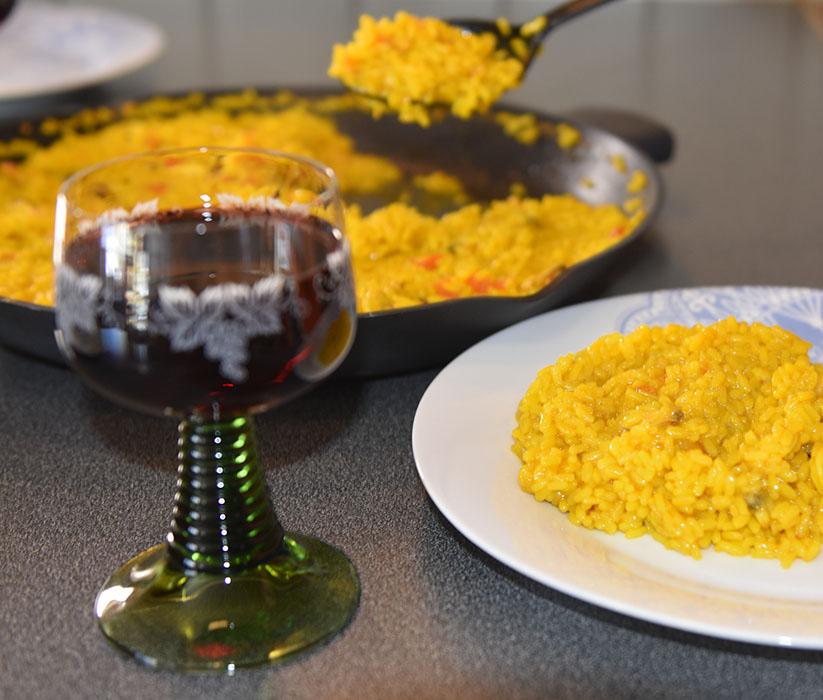 Paella – Paella de pescado Ingredienser: 600 g Ris 2 Tomater 1 Løk (hakket) 1 Paprika (grønn) 300 g Hvit fisk (uten ben) ½ pk Paella krydder (salt og safran) 6 ss Oliven olje 2 l Fiskekraft Salt ¼- ½ ts Safran Kraft: 2 ½ l Vann (kaldt) 1 kg Fisk (ben, skinn, hode mm) 1 Løk 1 Potet 1 Laubærblad 3 fedd Hvitløk ½ Chili (valgfritt) Salt ¼- ½ ts Safran Pynt (valgfritt): Scampi / reker Blåskjell https://heidisboble.no/ @heidisboble