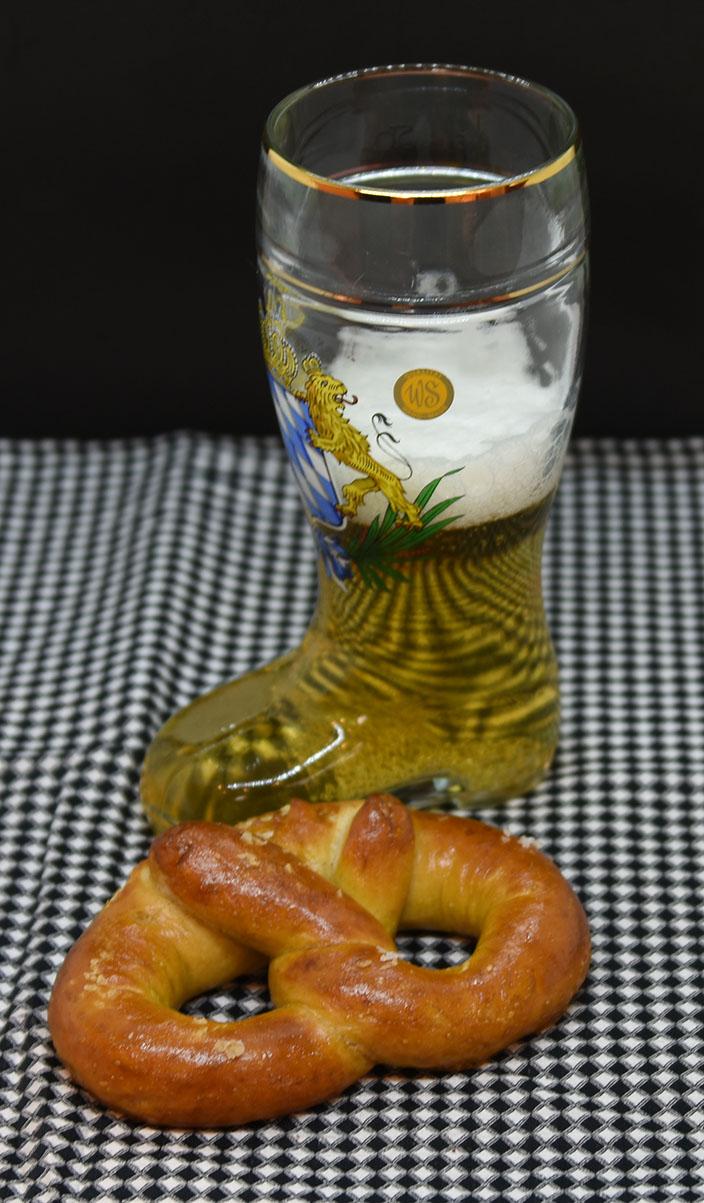 Pretzel (myke) Ingredienser: 2 ½ ts Tørrgjær 1 ¼ dl Vann (varmt ca. 38-45 grader) 1 ss Sirup (mørk) 450 g Hvetemel 1,2 dl Øl (pilsner) 2 ss Smør (romtemperert) 2 ts Salt 0,6 dl Natron 1 Eggeplomme 1 ss Vann (kaldt) Salt (flak eller korn) https://heidisboble.no/ @heidisboble