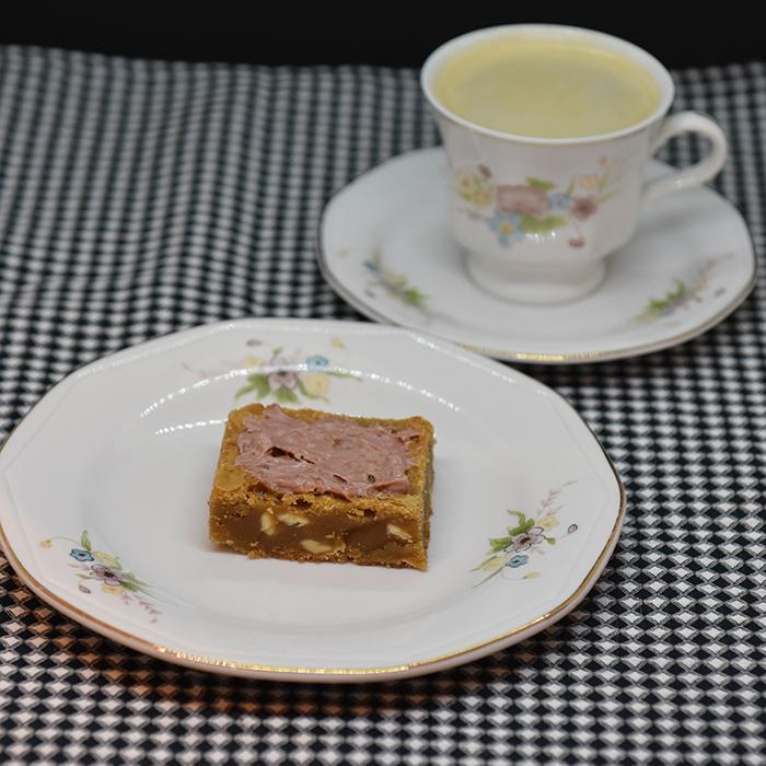 Ruby - sjokolade Blondies /Rød-sjokolade Brownies Ingredienser: 225 g Smør 225 g Sukker (brunt) 2 Egg 1 ss Vaniljesukker 225 g Mel 100 g Rød-sjokolade (smeltet) 150 g Rød-sjokolade chips eller grov hakket Pynt: 100 g Rød-sjokolade (smeltet) https://heidisboble.no/ @heidisboble