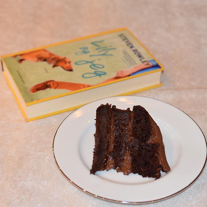 Rowley, Steven (2016) «Lilly og jeg», Tigerforlaget OG Vegansk Sjokoladekake med squash og eplemos Ingredienser 500 g Hvetemel 250 g Rørsukker (vegansk = ikke raffinert) 100 g Kakaopulver 3 ts Bakepulver 1 ts Natron 1 ½ ts Vaniljeekstrakt 7 ½ dl Havremelk 150 g Eplemos (vegansk) 2 ½ ts Eplesider eddik 450 g Squash (raspet, ca 7 ½ dl) Fyll og Topping: 225 g Smør (melkefritt og mykt) 3 ss Havremelk 40 g Kakaopulver 10 dl Melis Alternativt: 100 Margarin (melkefri eller vegansk) 200 g Kremost (melkefritt og mykt) 3 ss Havremelk 40 g Kakaopulver 1 ts Vanilje ekstrakt Ca 400 g Melis https://heidisboble.no/ @heidisboble