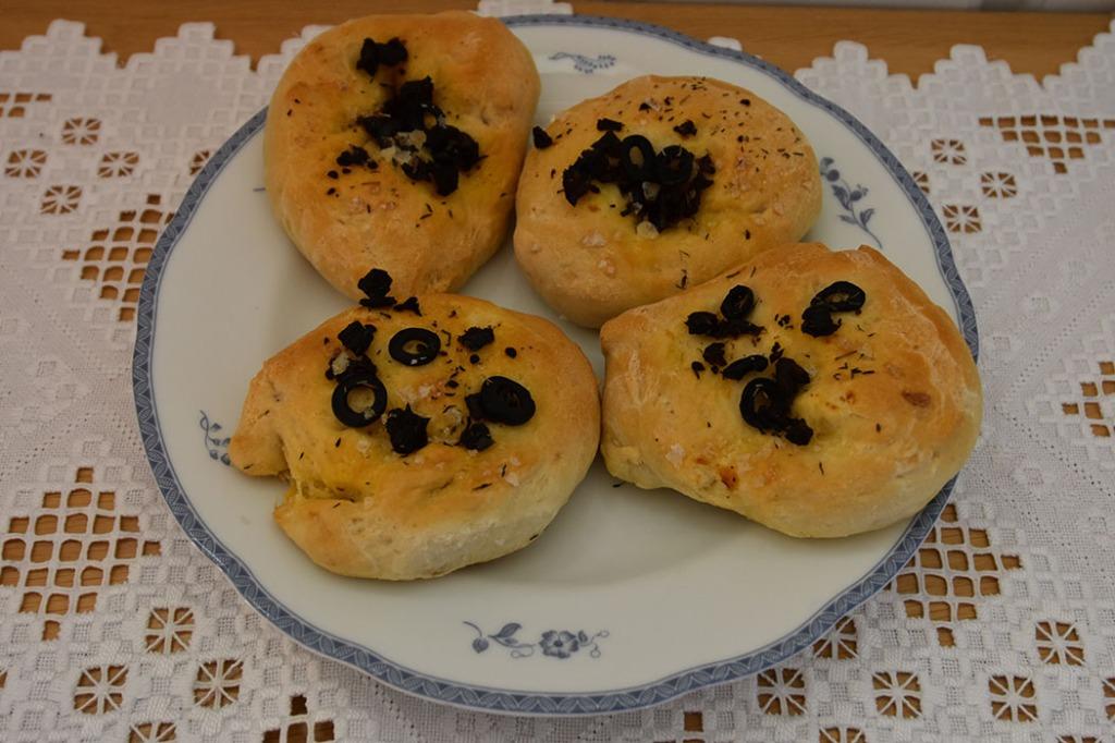Små focaccia med oliven og soltørkete tomater Ingredienser: Fordeig (dagen før); 135 g Hvetemel 1 ½ dl Vann (kaldt) 2 g Gjær (fersk – på størrelse med en ert) Dagen du skal bake: 1 kg Hvetemel 2 ss Olje (nøytral) 15 g Salt (2 ts) 5 ½ dl Vann (romtemperert) 20 g Gjær 1 ts Sukker 2 ss Olivenolje Topping: 2 ss Olivenolje Oliven (hakket) Tomater (soltørkete) Flaksalt Romarin https://heidisboble.no/ @heidisboble