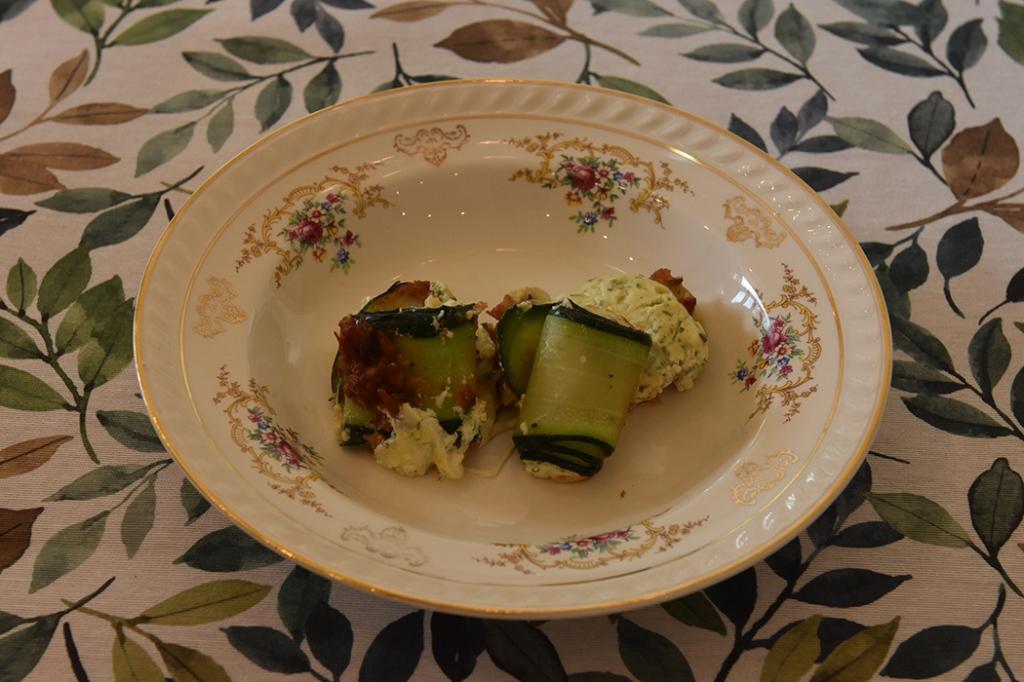Squash- canneloni Ingredienser Ca 600 g Squash (ca 24 i skiver) 2 ts Olje (oliven) ½ ts Salt ¼ ts Pepper 200 g Kremost (naturell) 1 Egg 3 ss Parmesan (raspet) ½ Mozzarella (i biter) 1 ss Bladpersille (tørket) 1 ss Gressløk (tørket) ¼ ss Oregano (tørket) 2 ss Basilikum (fersk, hakket) Tomatsaus: 2 ss Oliven olje ½ Løk (hakket) 1 Gulrot (hakket) 1 stilk Stangselleri (hakket) 1 fedd Hvitløk (hakket) ¼ Chili (rød – uten frø) eller (kajennepepper) 1 bx Hermetiske tomater 1 dl Hvitvin (eller vann og buljongterning) ½ ts Sukker Bladpersille (hakket) Salt og Pepper https://heidisboble.no/ @heidisboble