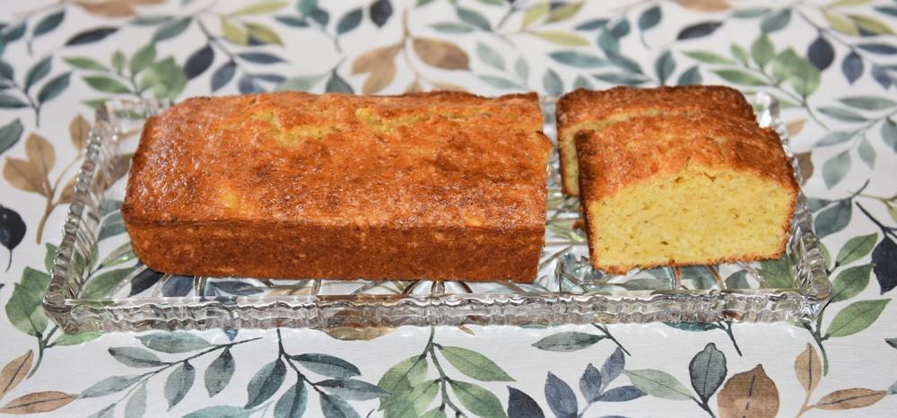Squashformkake med smak av lime og ingefær Ingredienser: 3 dl Hvetemel 1 ½ ts Ingefær (malt) 1 ½ ts Bakepulver 2 dl Sukker ¼ dl Olje (nøytral) 1 Lime (skall og saft) 2 ½ dl Squash (1 stk (250 – 300 g), grovt revet) https://heidisboble.no/ @heidisboble
