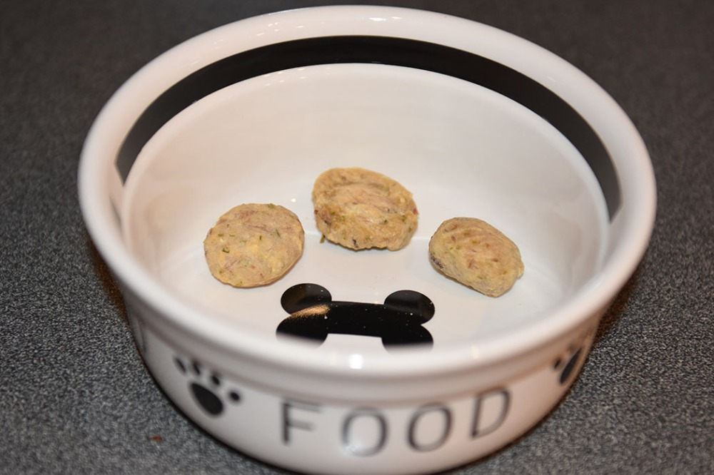 Tuna-treats (for dogs) Ingredients: 1 cans Tuna (in oil or water) (170 g/6 ounces / ½ cup) 1 Egg 1 tsp Parsley (chopped) ½ cup Oatmeal Rice flour Tunfisk godbiter (Hundemat) Ingredienser: 1 bx Tunfisk (i vann eller olje) 1 Egg 1 ts Persille (hakket) 1 dl Havregryn (lettkokte) Potetmel eller rismel https://heidisboble.no/ @heidisboble