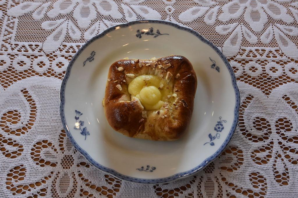 Boller med mandelfyll og vaniljekrem Porsjoner Tid Vanskelighetsgrad 20 3 ½ timer Enkel Ingredienser 20 g Havregryn 5 ½ dl Vann 1 pakke Gjær 1 dl Olje (raps) 200 g Sukker 5 g Gjær 20 g Kardemomme 1 kg Hvetemel Vaniljekrem: 5 dl Melk 1 Egg 40 g Smør 100 g Sukker 1 ss Vaniljesukker 35 g Maisenna Mandelfyll: 190 g Mandler 115 g Melis 80 g Smør Pensling: 1 Egg (sammenvispet) Mandler (hakket) https://heidisboble.no/ @heidisboble