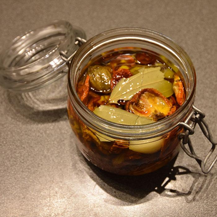 «Soltørkete» tomater i olje Ingredienser Tomater Salt Valgfritt (oppbevaring): Olivenolje Hvitløk (fersk) Laubærblad https://heidisboble.no/ @heidisboble
