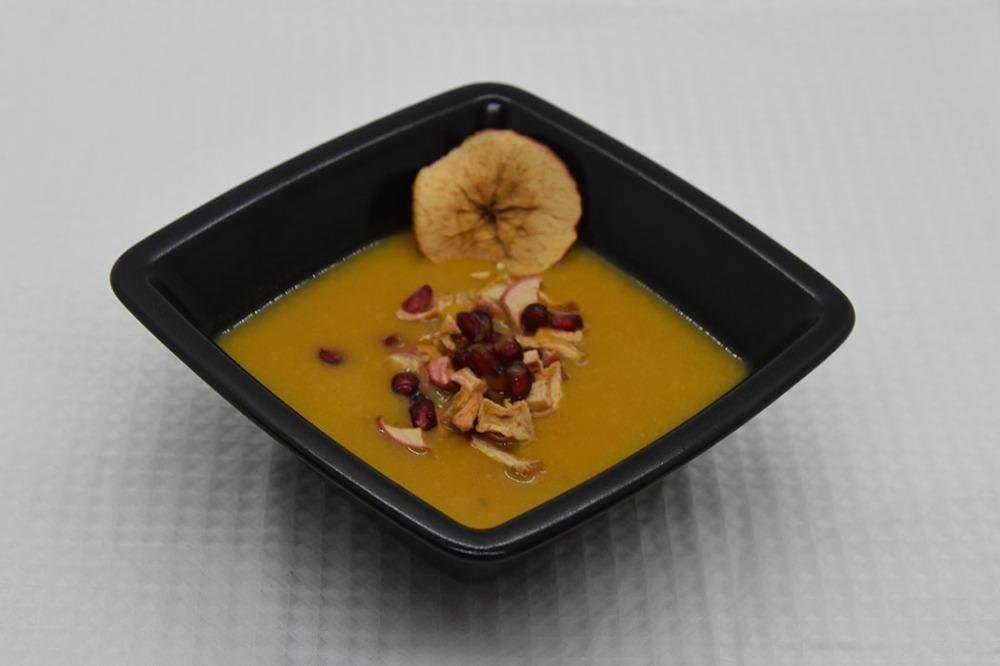 Søtpotetsuppe med chili, ingefær og kokosmelk Ingredienser: Ca 800 g Søtpoteter 2 Gulerøtter 1 Rødløk 1 ss Ingefær (revet) 3 fedd Hvitløk (hakket) 1 Chili (rød, hakket) 8 dl Grønnsakkraft (eller buljong) 4 dl Kokosmelk 1 Lime (presset) Granateplekjerner (valgfritt) Eplechips (valgfritt) https://heidisboble.no/ @heidisboble